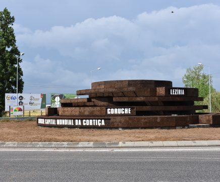 Coruche inaugura grande instalação em cortiça na rotunda de entrada na vila