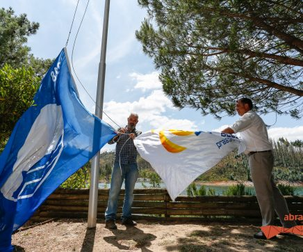 Bandeiras da excelência ambiental e da boa acessibilidade hasteadas na Praia Fluvial de Aldeia do Mato