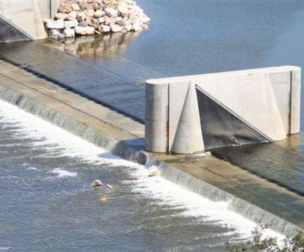 Obras de engenharia decorrem em pleno Tejo, no açude insuflável em Abrantes