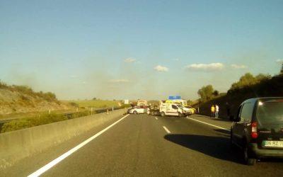 A15 cortada nos dois sentidos devido a fogo e acidente de viação