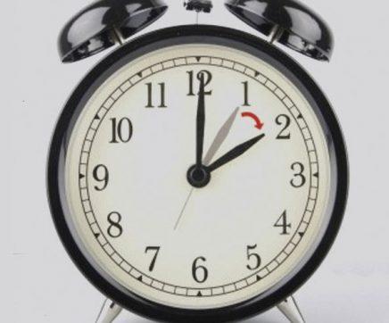 Relógios adiantam uma hora na próxima madrugada