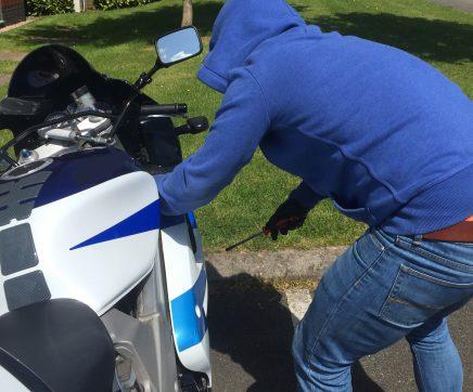 Jovem detido por furto de mota