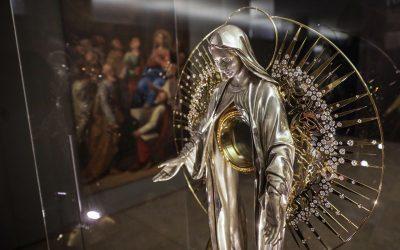 """Exposição celebra """"a força gravitacional"""" da centenária Capelinha das Aparições"""