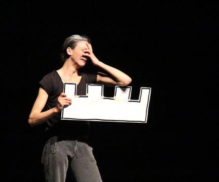 Leonor Keil enche palco do Teatro Sá da Bandeira com as suas dez personagens e um cão