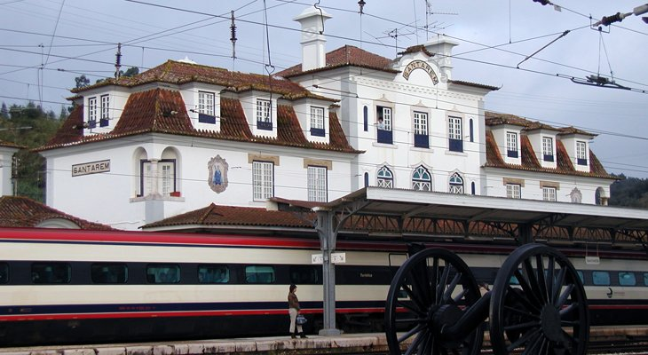 """Petição """"Pelo desvio da linha ferroviária do Norte na zona de Santarém"""" entregue na Assembleia da República"""