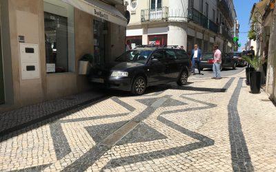 Carro tem falha mecânica e embate em loja no Centro Histórico de Santarém