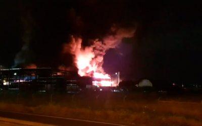Vídeo | Incêndio em armazém dado como dominado em Porto Alto