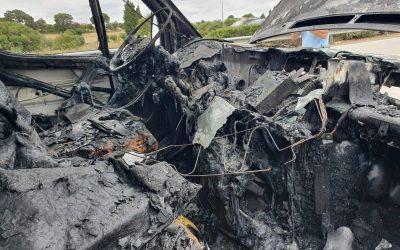 FOTOS | Ambulância ardeu por completo na A23