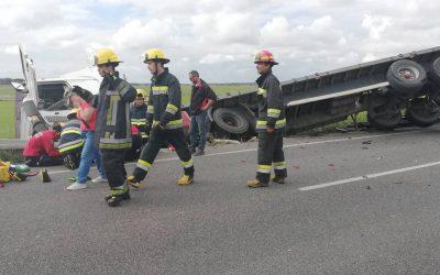 Aparatoso acidente entre pesado e dois ligeiros provoca um ferido na EN 118