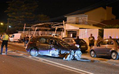 Foge de acidente após abalroar quatro carros