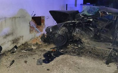 Condutor destrói parede de casa após despiste
