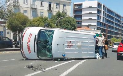 Ambulância dos Bombeiros de Fátima capota em Lisboa