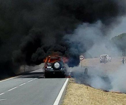 Carro tomado pelas chamas na EN 119
