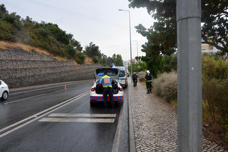 Carro cai de ribanceira na Estrada de São Domingos em Santarém