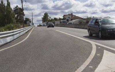 Condutores em marcha lenta no IC2 para exigir obras