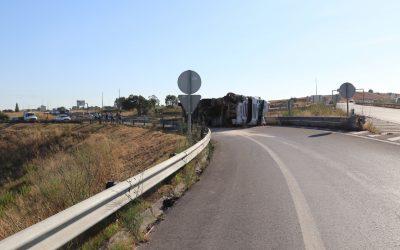 Camião carregado de batata tomba no acesso à rua O