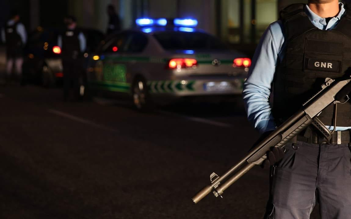 Populares encontram engenho explosivo e munições junto a contentor do lixo