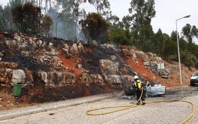 Carro consumido pelas chamas em área de repouso da A1