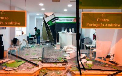 Carro destrói loja por completo no centro histórico de Santarém