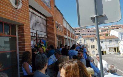 Dezenas de populares protestaram contra  demolição do antigo mercado de Abrantes