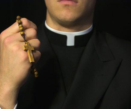 Grupo de cidadãos em vigília apela à reintegração de padre afastado de Abrantes