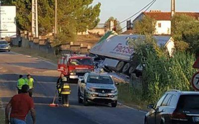 Um ferido grave em despiste de veículo pesado de mercadorias na EN 251