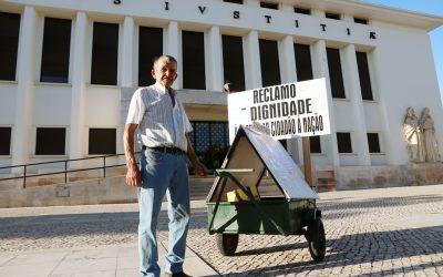 Cidadão reclama por justiça em frente ao Tribunal de Santarém