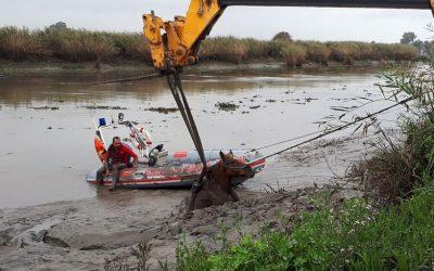 Bombeiros e populares resgatam cavalo atolado no Rio Almansor