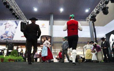 Ranchos folclóricos mostram Fandango na Feira de Todos os Santos