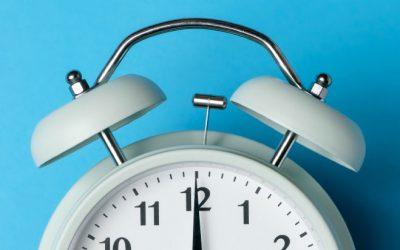 Relógios atrasam uma hora na madrugada deste domingo