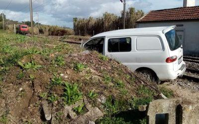 Despiste provoca dois feridos na passagem de nível nas Assacaias