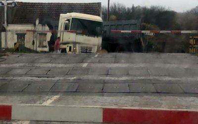 Camião acidentado impediu trânsito na passagem de nível da Estação Ferroviária de Santarém