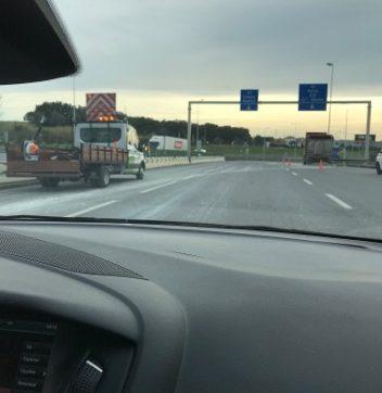 Camião perde carga na entrada das portagens de Santarém