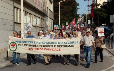 Pensionistas manifestam-se para exigir aumento das pensões