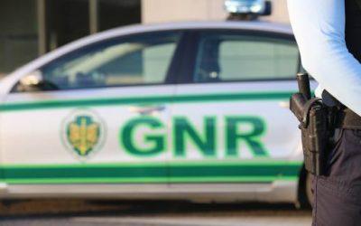 Homem detido por violência física e psicológica contra a mãe para obter dinheiro para vícios