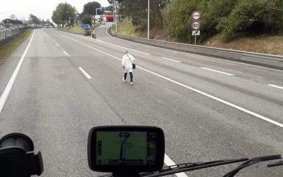 VÍDEO | Homem circula a pé pela A1 em Aveiras de Cima