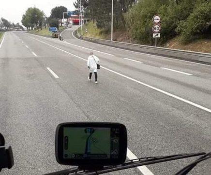 VÍDEO   Homem circula a pé pela A1 em Aveiras de Cima