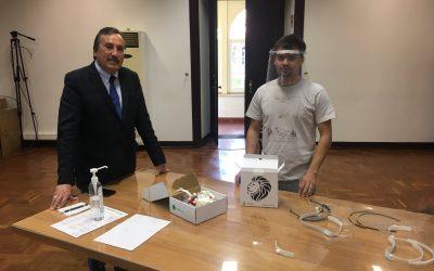Jovem torrejano doa viseiras a agentes da Proteção Civil