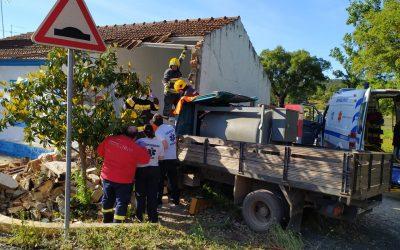 FOTOS | Despiste de carrinha contra casa devoluta provoca um ferido grave
