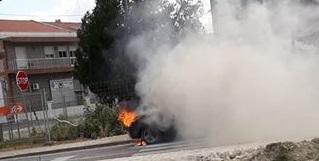 Automóvel consumido pelas chamas em Samora Correia
