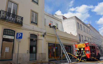 VÍDEO | Incêndio em prédio do Centro Histórico de Santarém