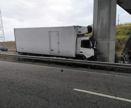 Camião despista-se e embate contra pilar de ponte na A23