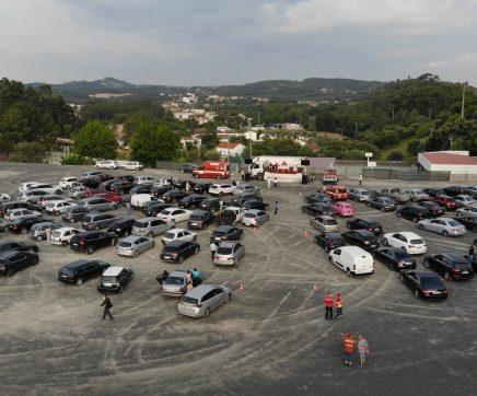"""Largo de Alcanede foi transformado em """"catedral"""" para missa acompanhada dentro do carro"""