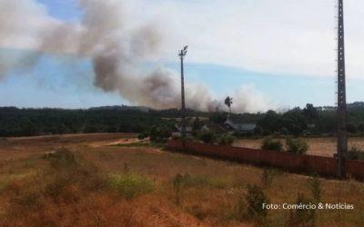 Mais de uma centena de operacionais combatem incêndio em Rio Maior