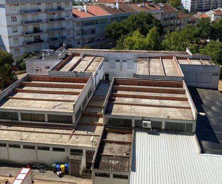 Cobertura de fibrocimento da Escola dos Leões já começou a ser retirada