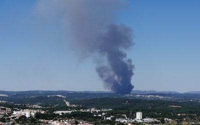 185 operacionais e oito meios aéreos combatem fogo com duas frentes activas no concelho do Sardoal