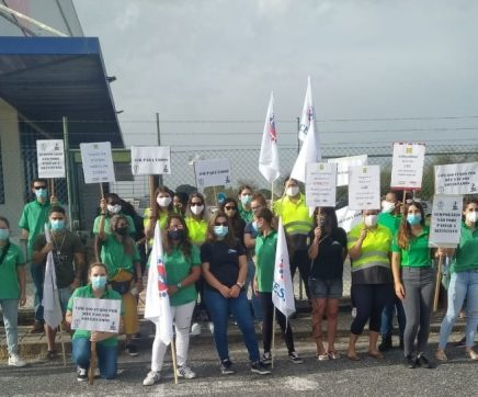 Trabalhadores do Lidl do Porto Alto em greve contestam redução de horário e salário