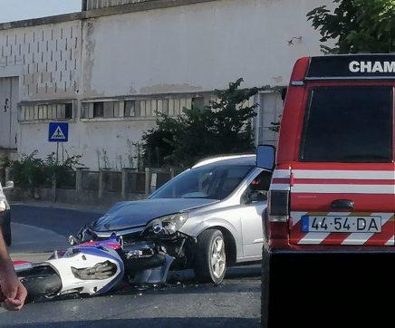 Um ferido em colisão frontal entre motociclo e ligeiro de passageiros