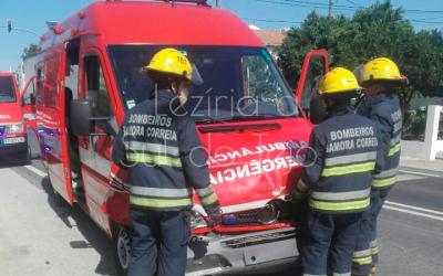 Colisão entre ambulância e veículo ligeiro provoca um ferido