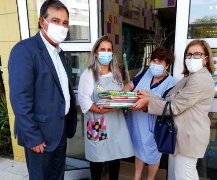 Município entrega fichas e material escolar a alunos do concelho